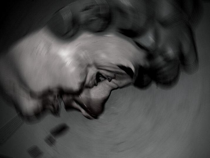 Przedpołudniowy montaż, maska leżąca na ziemi