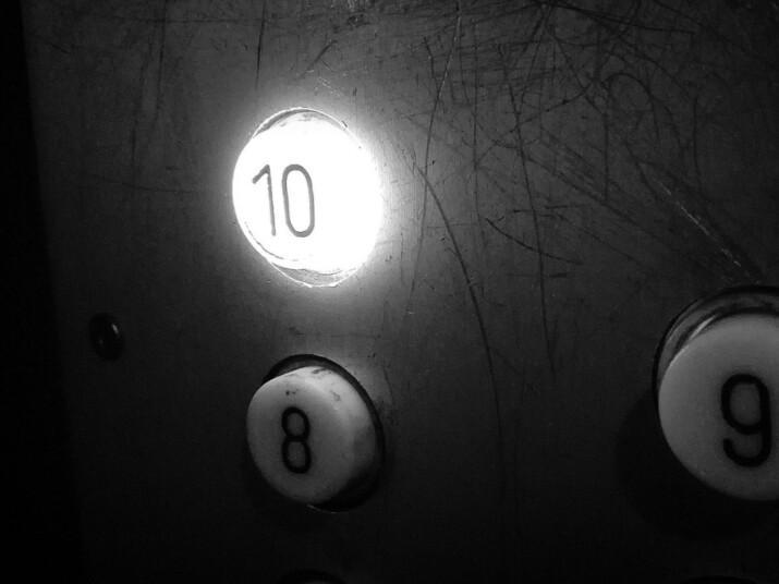 Wieczne krzyki zza drzwi na dziesiątym piętrze. Zdjęcie z przyciskiem 10 w windzie